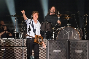 20130722-mccartney-grohl-600x-1374508439